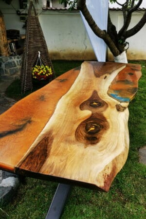 Masă din lemn de nuc cu rășină epoxidică